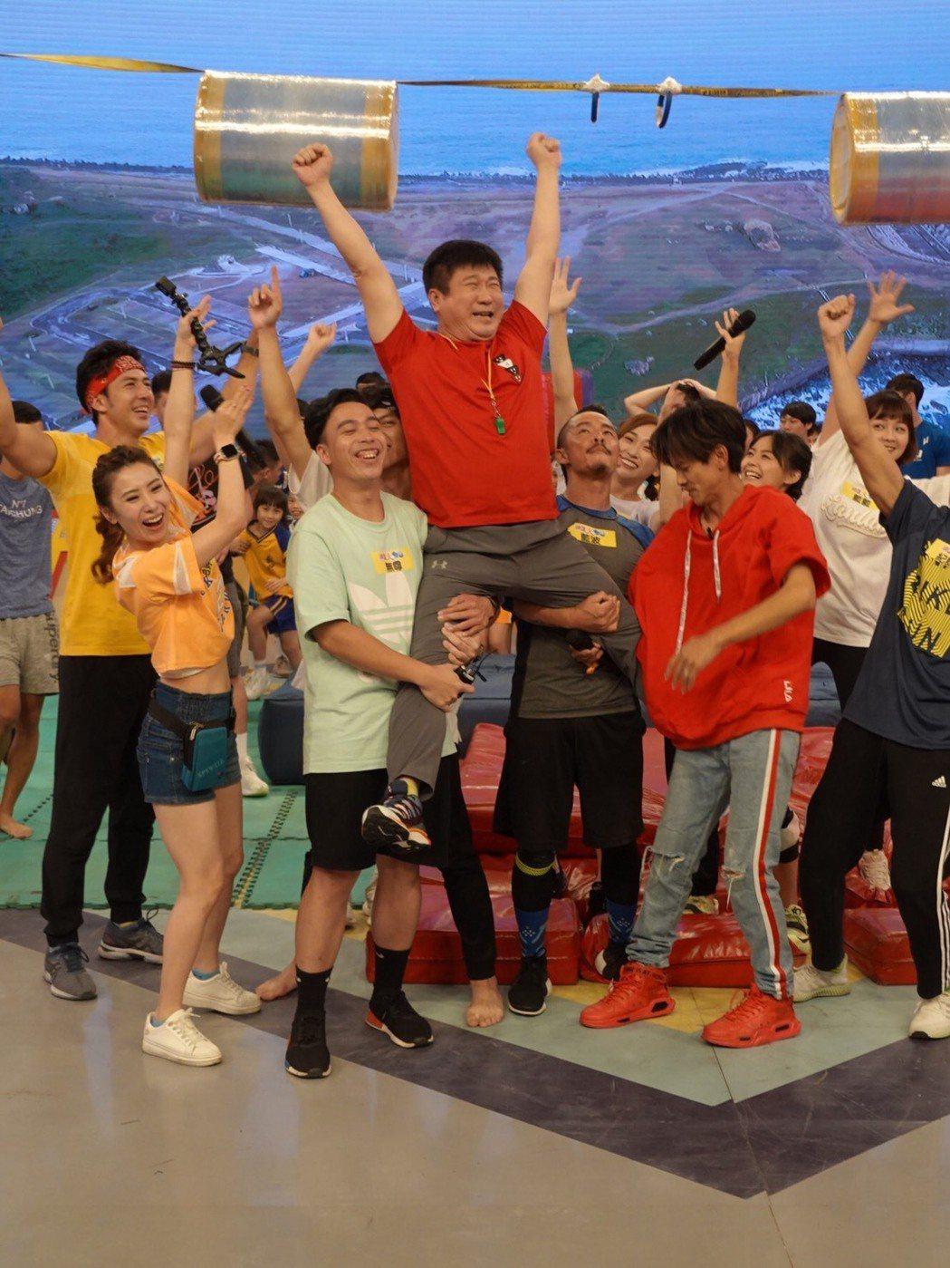胡瓜(中)和阿翔(右)成了「綜藝大集合」兩個主要成員,浩子、謝忻和董至成走了都沒