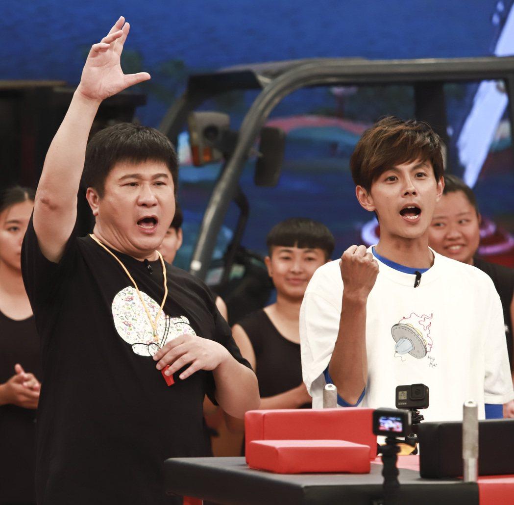 「綜藝大集合」主持群其實只剩下胡瓜(左)和阿翔了。圖/民視提供