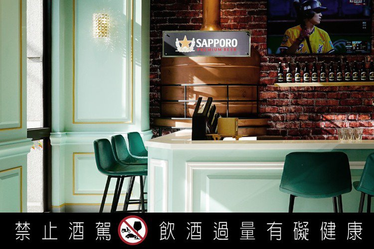 白色線框裝飾的高腳吧台、背後的銅造煮沸釜裝飾,以及經典的紅磚牆,打造出宛如札幌啤...