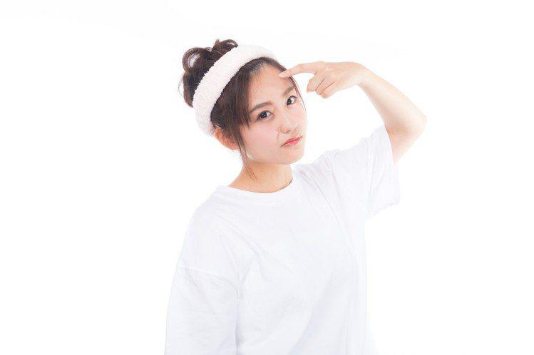 無論使用化妝棉或直接用手使用化妝水,純粹是個人習慣,依照肌膚的膚質不同有可作取捨...