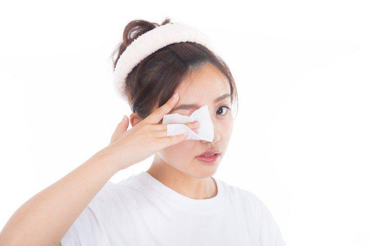 使用化妝棉切記不要過度摩擦用力。圖/摘自pakutaso