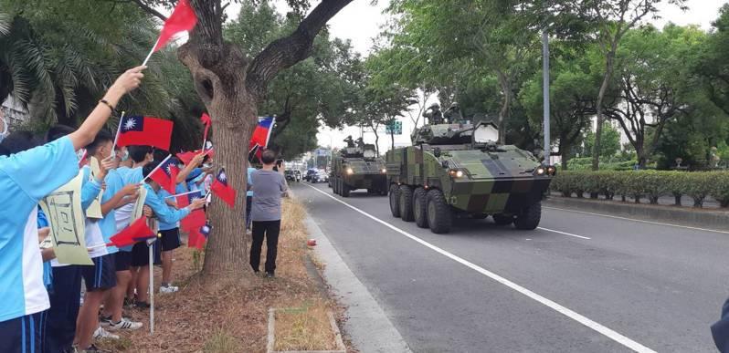南投高中學生揮舞國旗為雲豹裝甲車官兵加油打氣。圖/讀者提供