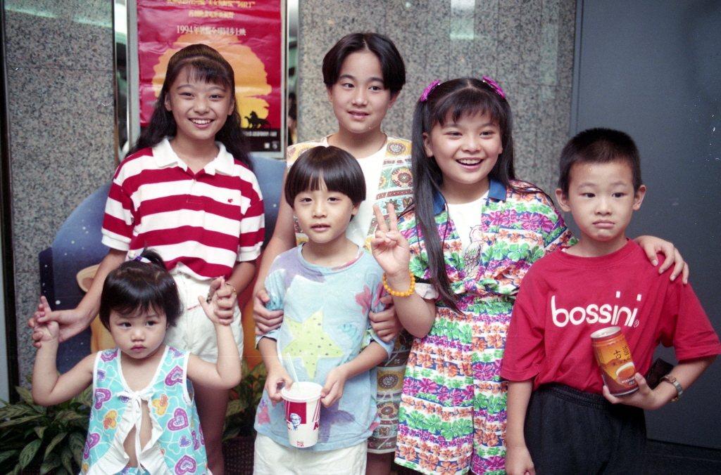 蔡亞臻(後左一)、周湯豪(前左二)、夏振皓(後左二)等人氣童星一起欣賞迪士尼「獅...