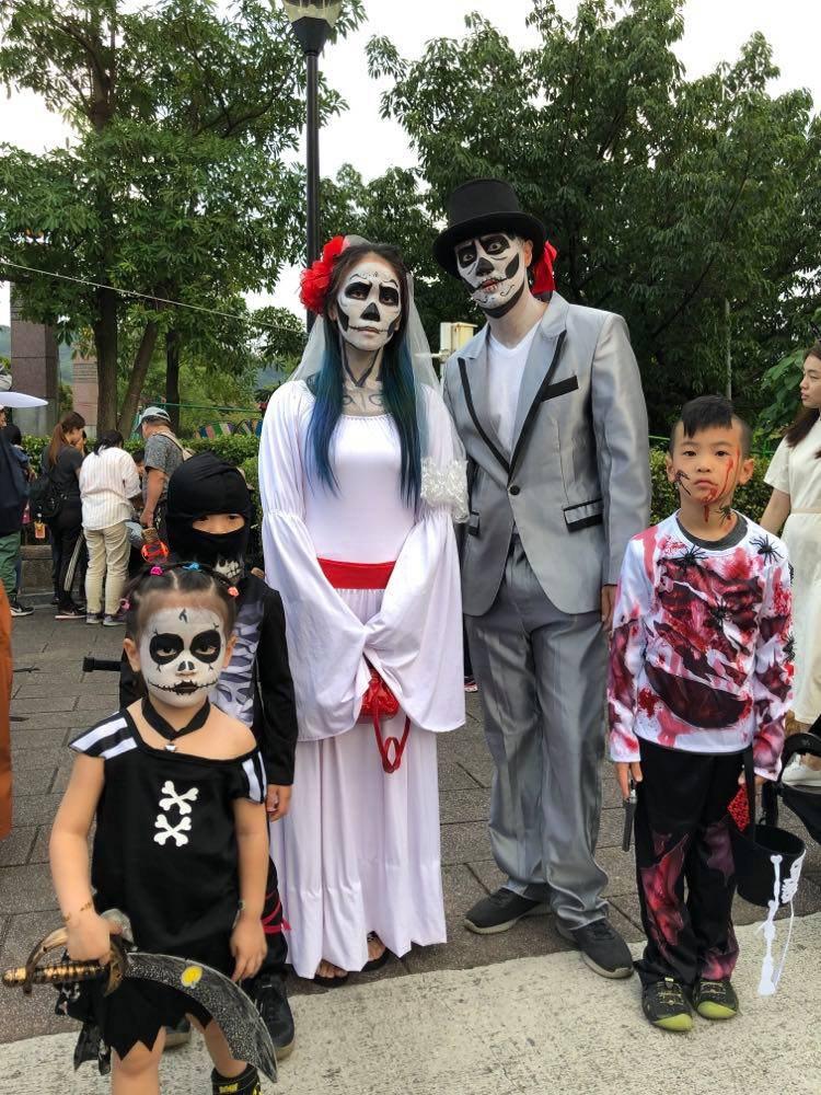 力殺(左2)日前帶全家參加社群萬聖節活動。圖/Yummy Sound提供