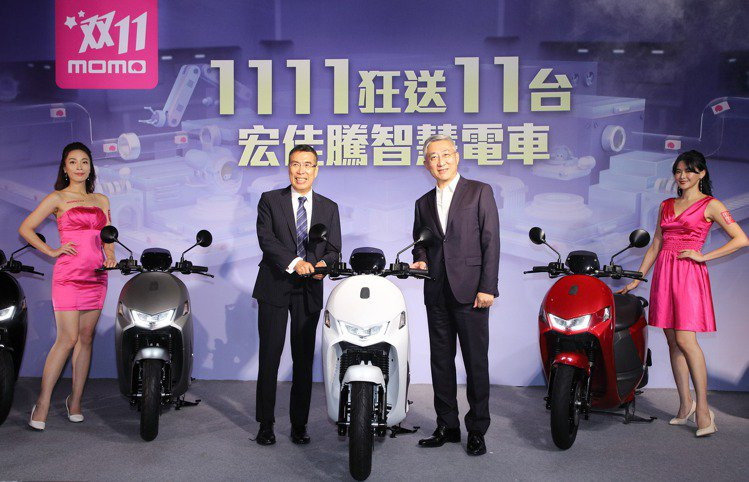 富邦媒董事長林啓峰(圖左)、富邦媒總經理谷元宏宣布「momo雙11超狂購物節」將...