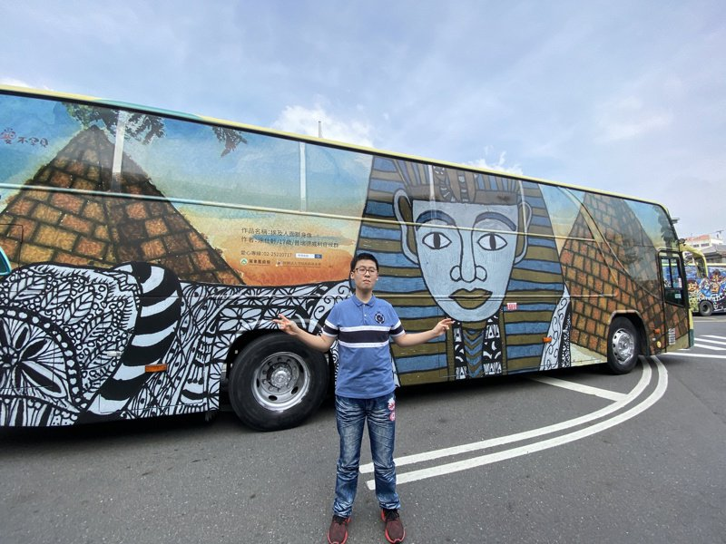 小胖威利病友涂仕軒雀躍地與他的畫作合照。 記者劉星君/攝影