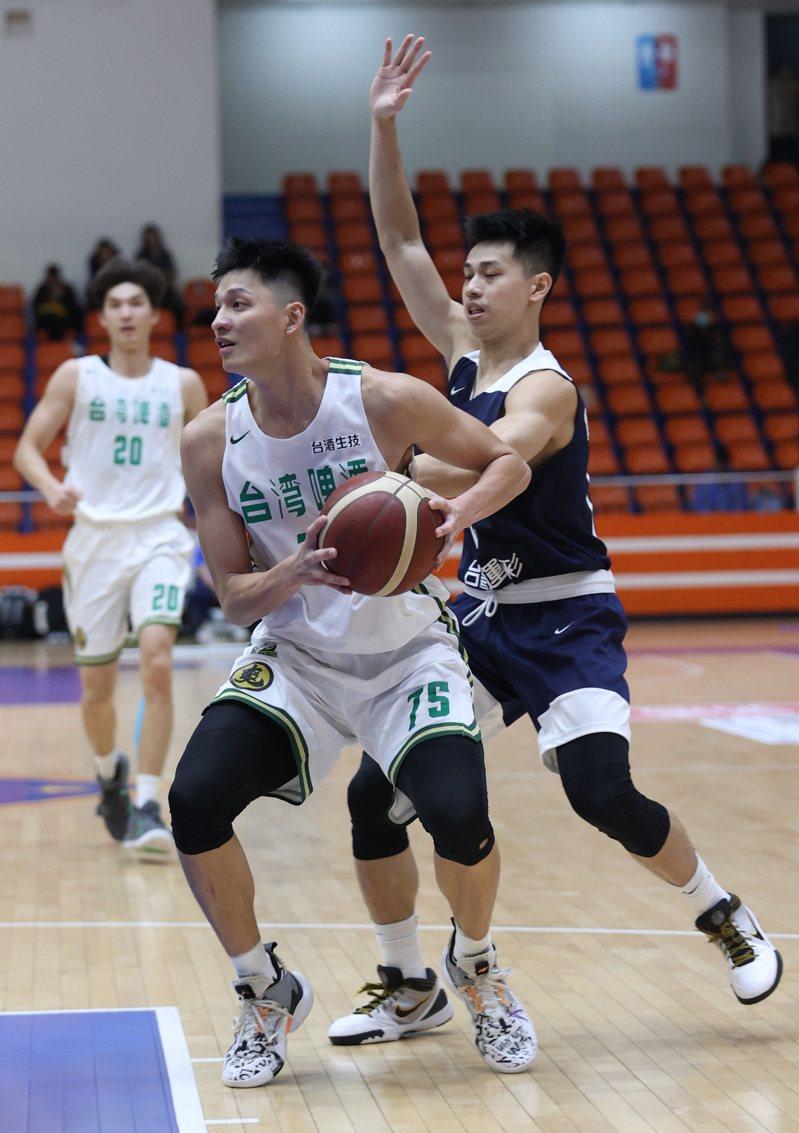 台啤李啟瑋(左)攻下全場最高16分。圖/中華籃協提供