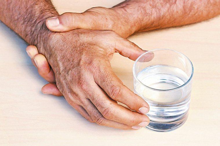 手在休息放鬆時出現顫抖,可能罹患帕金森氏症。圖/123RF