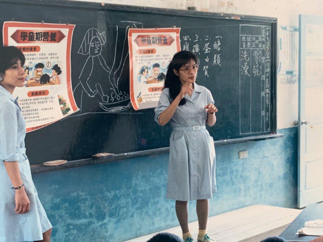 1987年周玉英(右)前往尖石鄉嘉興國小進行衛教。圖╱周玉英、尖石鄉衛生所提供