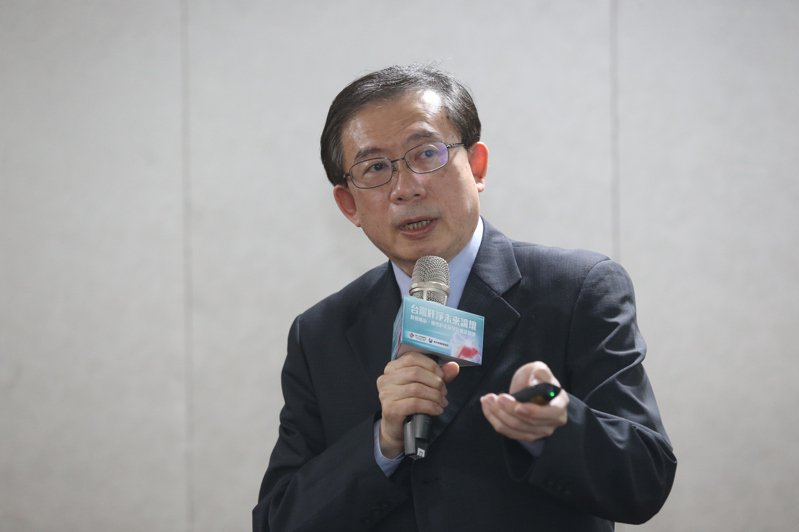 台灣肝病醫療策進會理事長高嘉宏為B肝患者請命,他依據最新東亞B肝治療指引建議,B肝應提早在肝中度纖維化(F2)及肝指數輕微上升就用藥治療,才能降低癌化風險。 記者林俊良/攝影