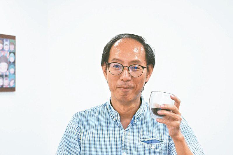 台南女中數學老師洪士薰教人工智慧,教到成為咖啡達人,也考取咖啡師證照。記者鄭惠仁/攝影