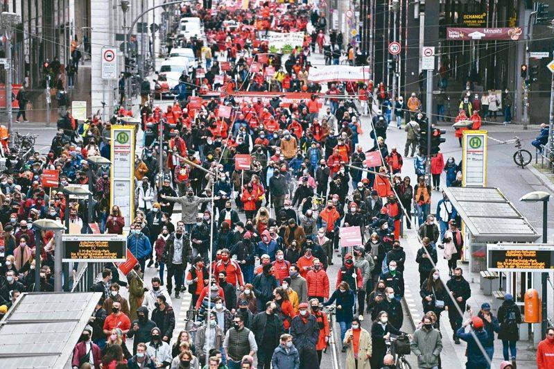 遭新冠疫情衝擊的德國會展業從業人員廿八日在柏林示威,要求政府協助度過難關。德國疫情再起,政府打算下月再實施防疫封鎖。(法新社)