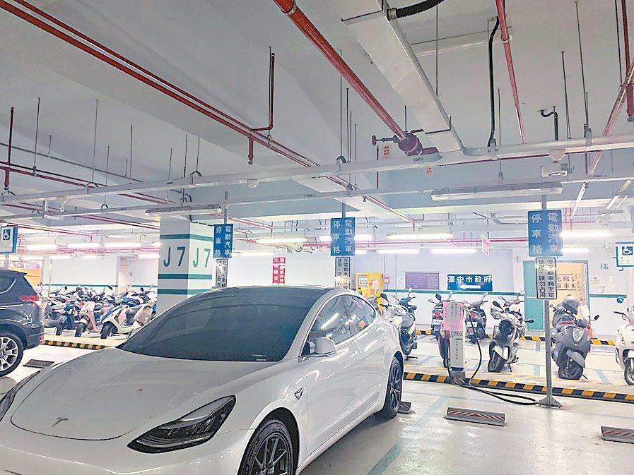 台中市府鼓勵民眾購買節能的電動車,推出在公有停車場充電免費優惠。 圖/張耀中議員...