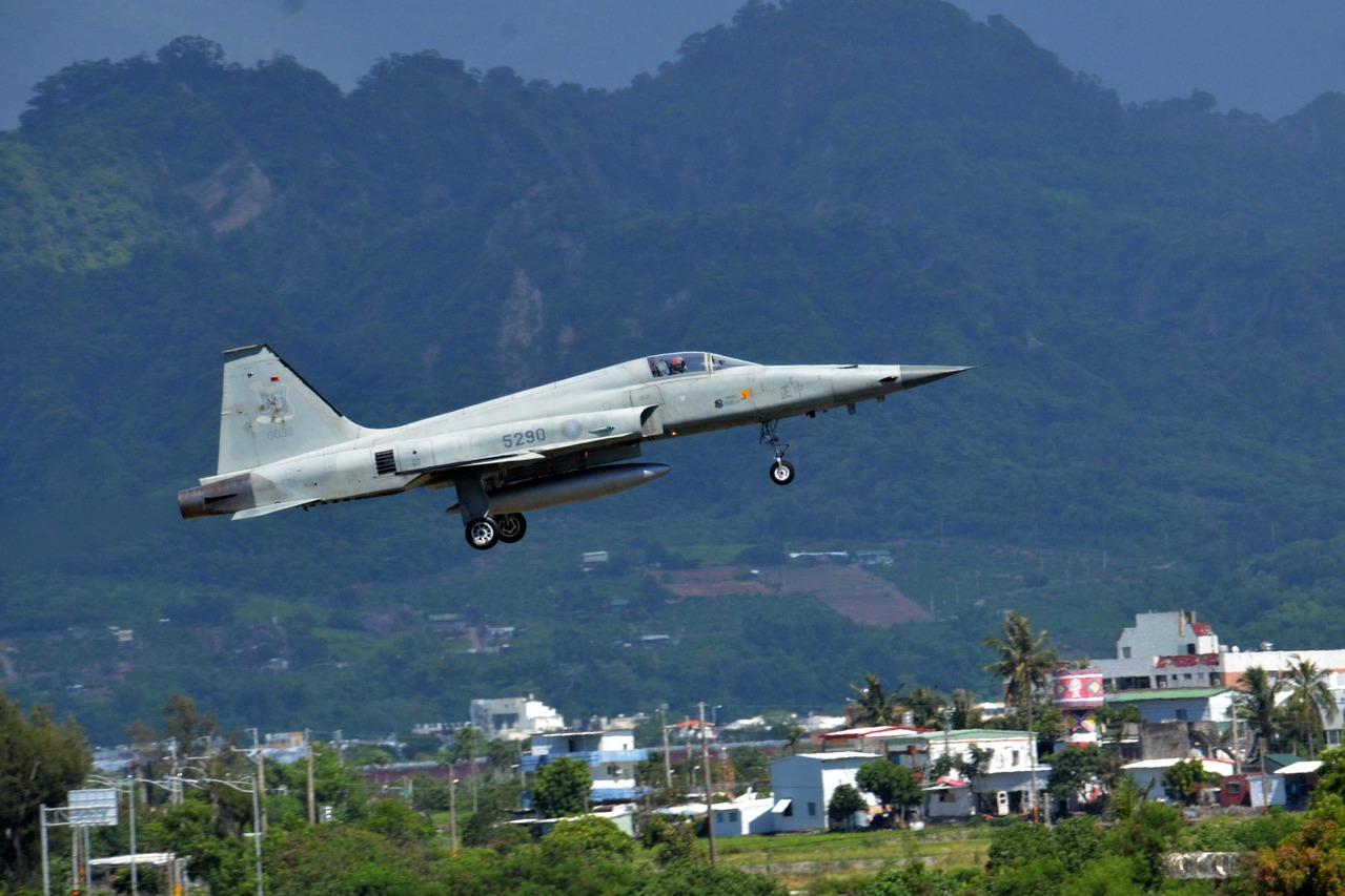 台東F-5E戰機失事墜海 飛行員送醫搶救