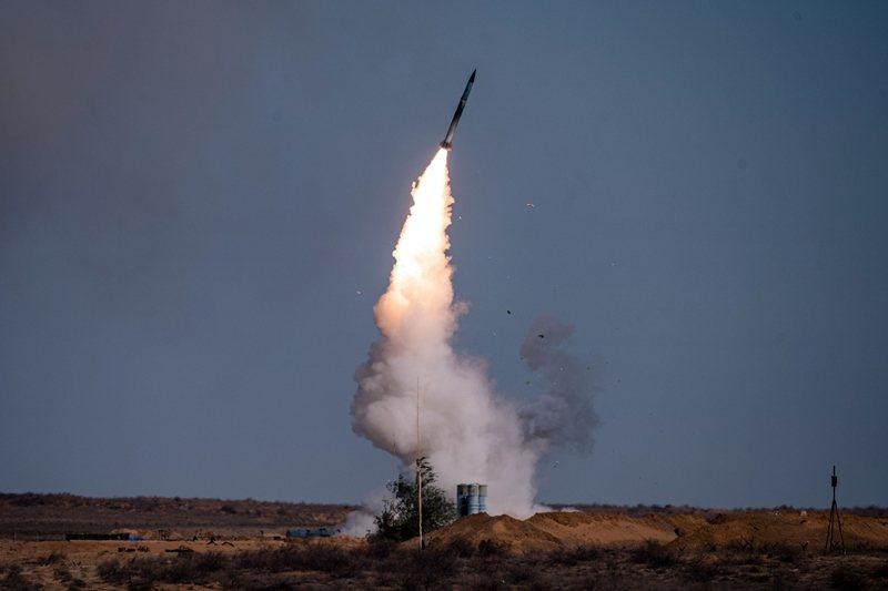安卡拉為何要保持低調?問題就出在S-400是俄國製造。圖為S-400地對空導彈系統,攝於9月22日,俄羅斯高加索-2020軍事演習。 圖/法新社