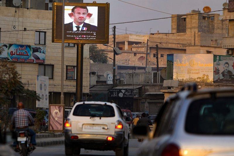 土耳其與美國、北約漸行漸遠,很大程度上與敘利亞情勢有關。圖攝於臨近土耳其邊境的敘利亞阿薩茲。 圖/法新社