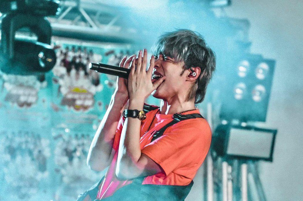 八三夭樂團在校園演唱時,在台上摔麥、踹鼓惹怒廠商。 圖/擷自八三夭樂團臉書