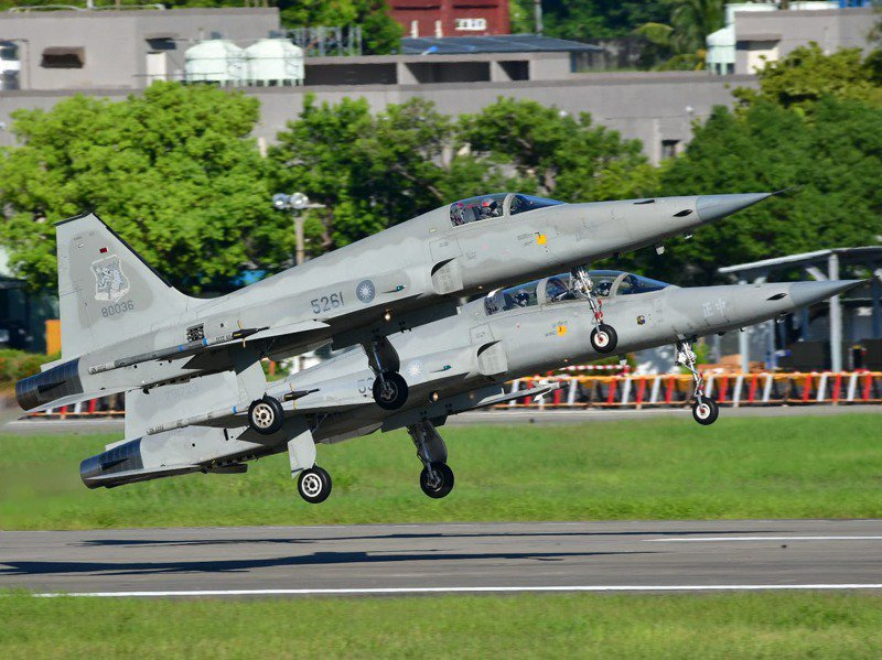台東志航空軍基地一架編號「5261」的F-5E戰機上午7時30分起飛後,因發動機失效墜毀於台東近海,飛官朱冠甍上尉跳傘落海,經搶救不治殉職,圖為今年夏天5261戰鬥機雙架編隊降落。圖/黃豐炘提供