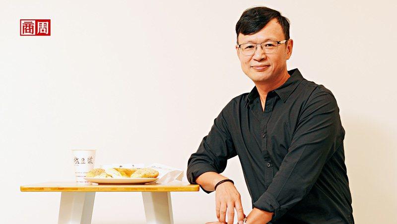 阜杭豆漿第二代徐立耀坦言,過去該店的對外溝通只有一句話:「老闆不在!」如今,他學著思考老店的新生。(攝影.程思迪)