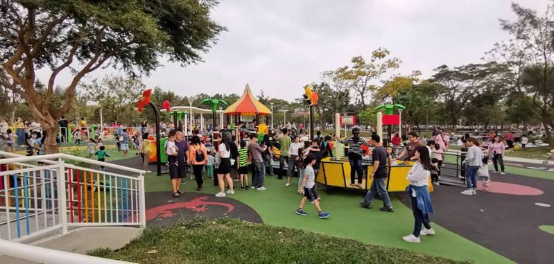 高雄市推共融式特色公園,目前已完工3座,包括小港特色公園。圖/養工處提供