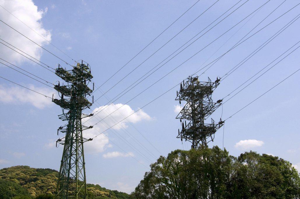 有網友提問,若房子附近有高架橋和高壓電塔,會寧願選擇哪裡比較能接受,引起許多網友...
