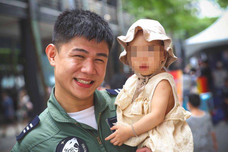 空軍一架F-5E戰機29日失事,飛官朱冠甍上尉(圖)傷重送醫不治,圖為與女兒合影。中央社