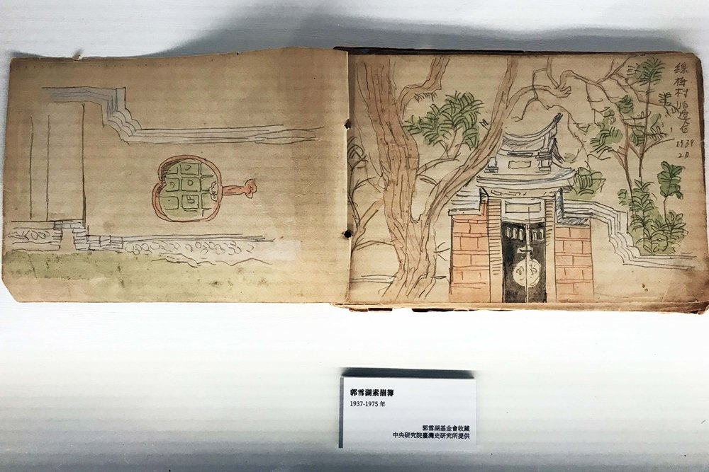 「不朽的青春」現場展出1939年郭雪湖描繪霧峰林家花園的膠彩畫作《萊園春色》手稿。 圖/作者自攝
