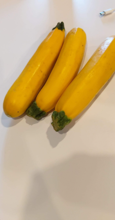 一名女網友一早到公司看到桌上有3根黃色條狀物,相當疑惑「這到底是什麼?」。圖擷自「爆怨2公社」臉書社團