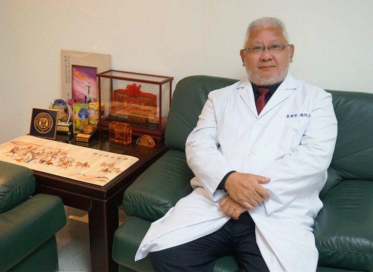 台北市立聯合醫院總院長黃勝堅近年大力推行善終觀念和居家醫療,強調醫師和病人之間的...