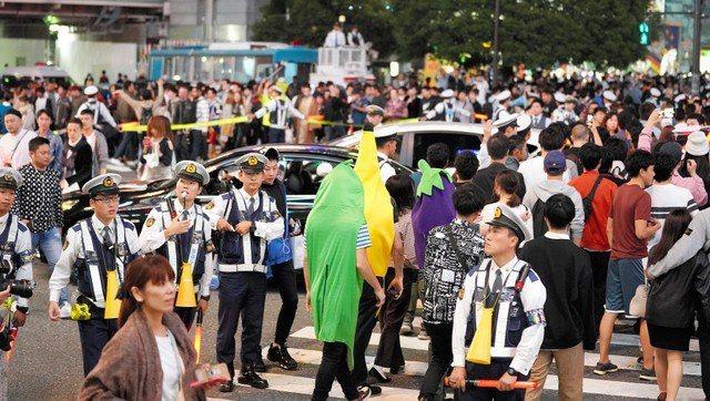 萬聖夜前人潮擁擠的澀谷站前對角線行人穿越道。圖/朝日新聞中文網提供