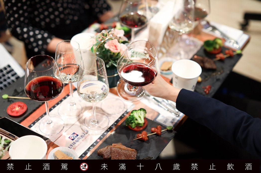 為葡萄酒選擇適合的酒杯不但讓葡萄酒風味加分,也提升用餐儀式感。圖/吳致碩攝影
