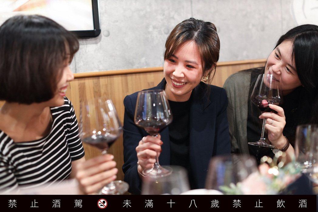 越來越多人開始在家品酒,享受跟家人與朋友在一起的每一刻。圖/吳致碩攝影