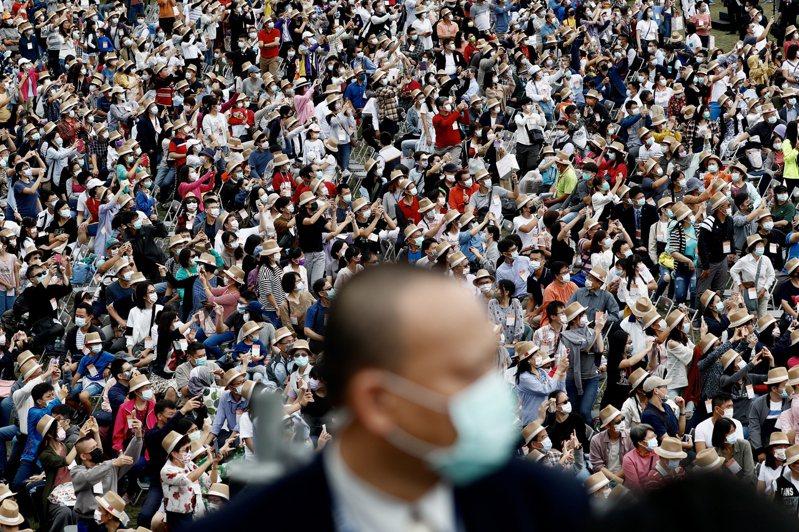 指揮中心指出,台灣已連續200天沒有新冠肺炎本土個案。圖為台灣國慶日人潮。歐新社