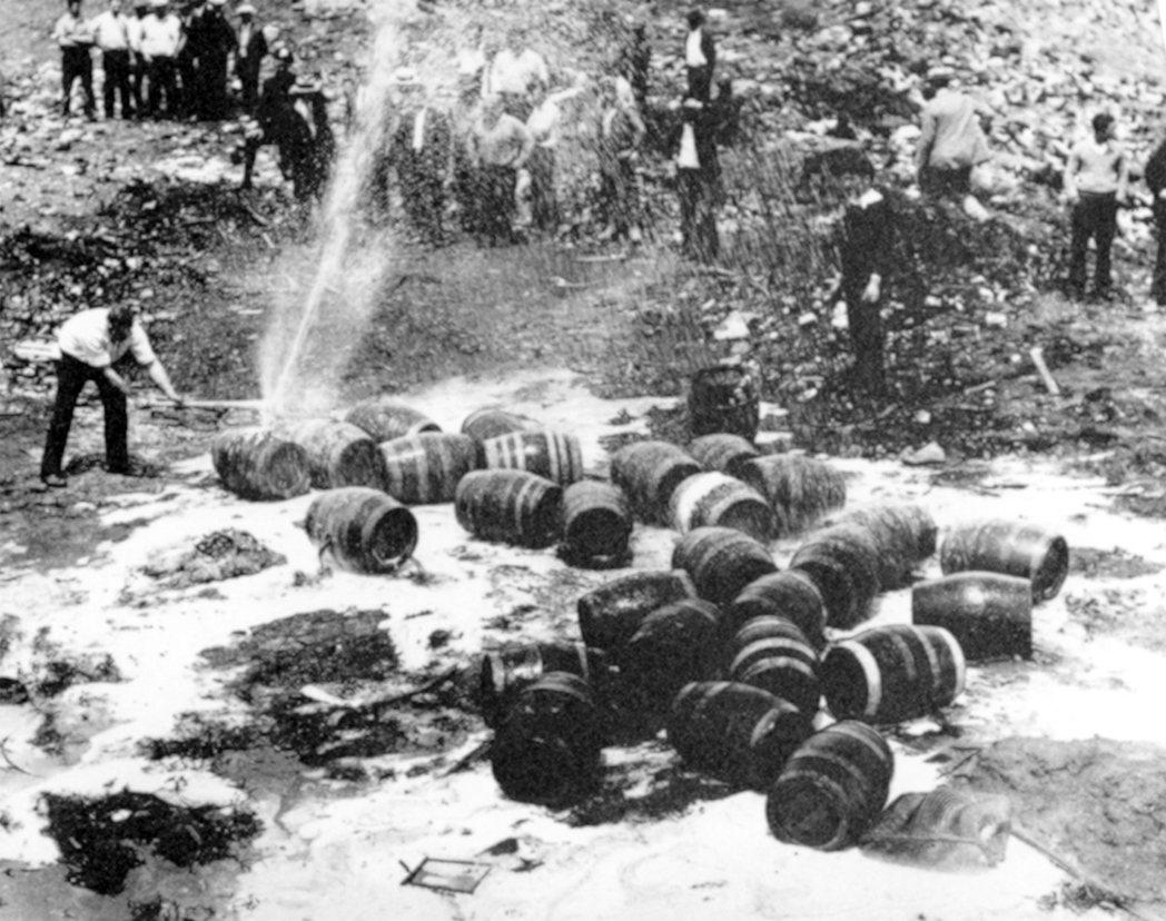 1931年6月18日,因禁酒令在紐約被搗毀的啤酒桶。 圖/美聯社