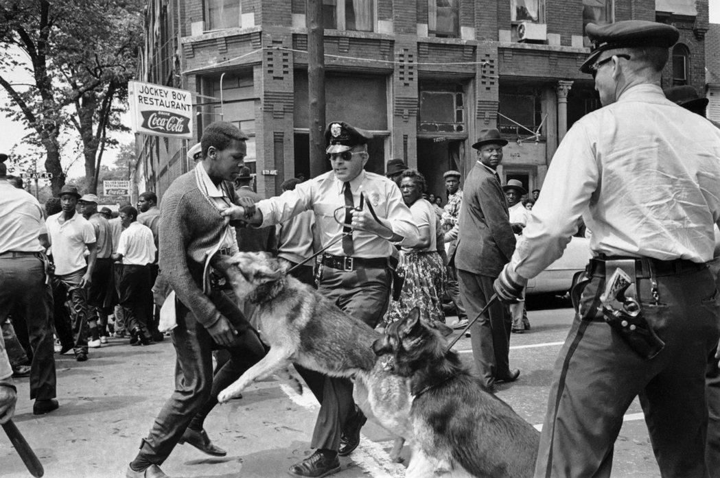 1963年,民權運動期間,阿拉巴馬州的一場抗議現場。 圖/美聯社