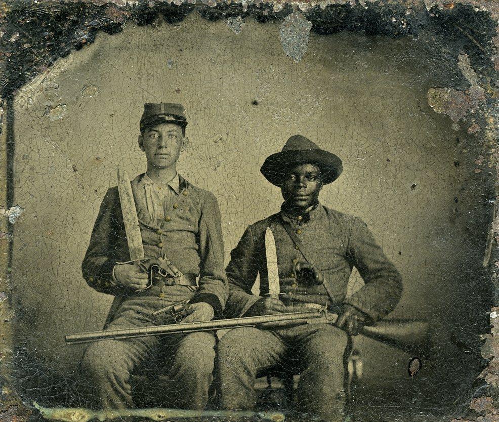 圖片為拍攝於美國內戰期間的照片。右方為西拉斯·錢德勒(Silas Chandle...