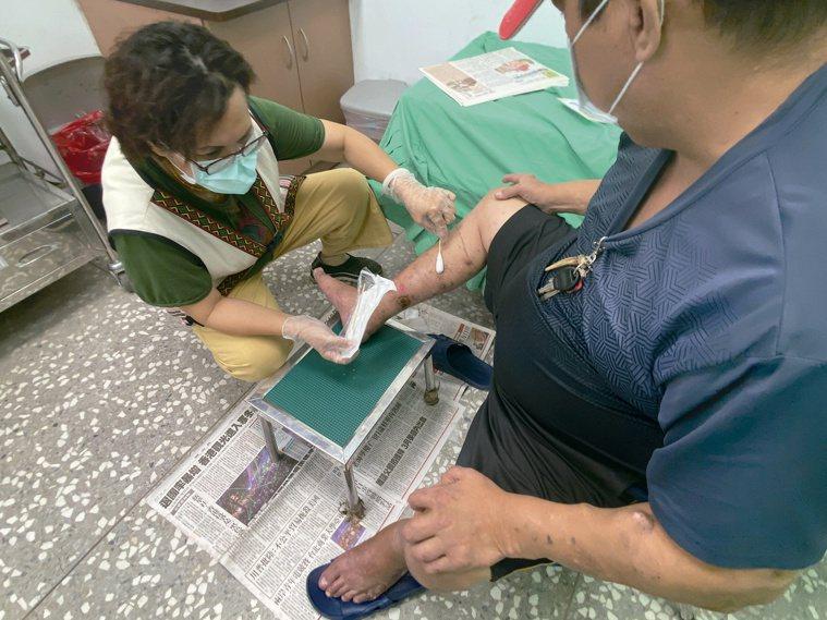 外科處理也是周玉英的強項,源自於37年來醫護經驗的要求和累積。圖/周玉英、尖石鄉...