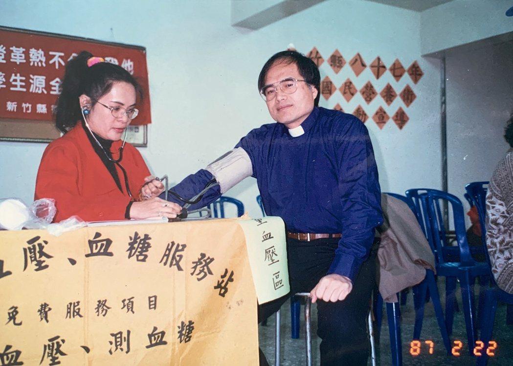 在尖石鄉衛生所工作37年,周玉英(左)將青春獻給自己的故鄉。圖/周玉英、尖石鄉衛...