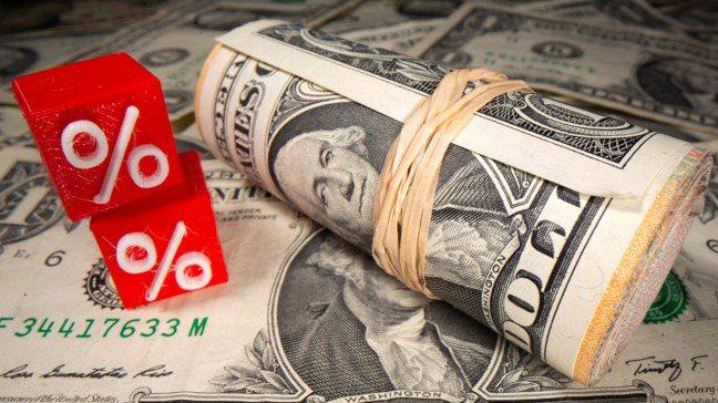 股票與公債間數十年來的可靠聯繫,鑄就了廣受追捧的「股六債四」投資鐵則,但今年這兩...