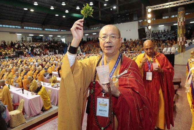 淨耀法師帶領僧眾做法會。 新北市慈法禪寺/提供
