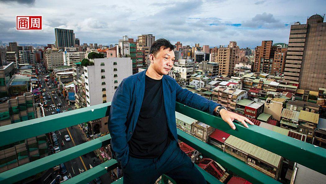 雖然在台北住了幾十年,但熱愛大自然的黃信堯還是不習慣,他甚至很怕捷運裡人擠人 的...
