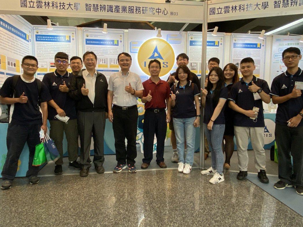 雲科大IRIS中心主任張傳育教授(前排左四)所帶領AOI研究團隊,包括:林建州博...