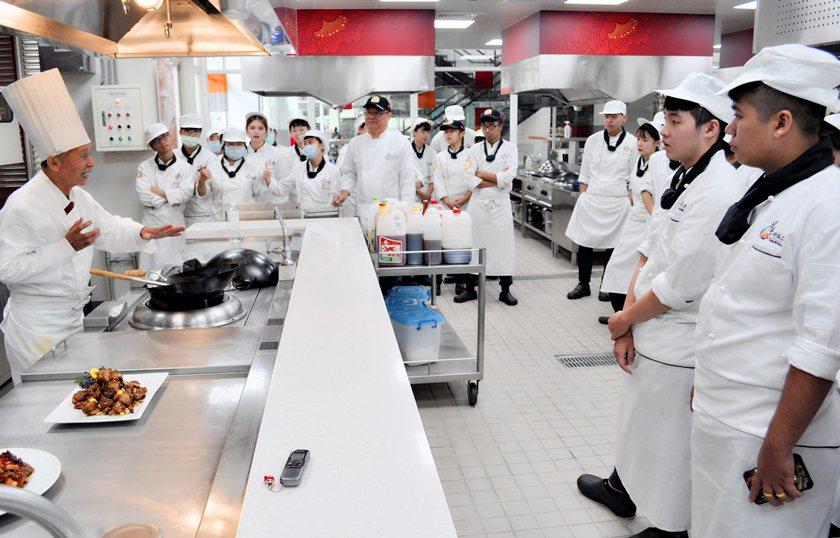 洪銀龍師傅(左)與醒吾科大餐旅管理系同學分享惜食廚藝。 校方/提供