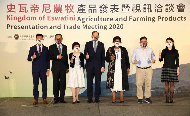 外交部為史瓦帝尼農牧產品發表會設計一款非洲圖像口罩,外交部司長蔡允中(左二)和貿...
