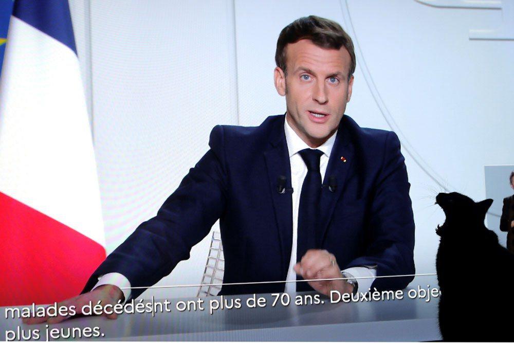 法國總統馬克宏28日晚宣布必須採取進一步措施以遏止病毒,他在電視演說中表示:「我...