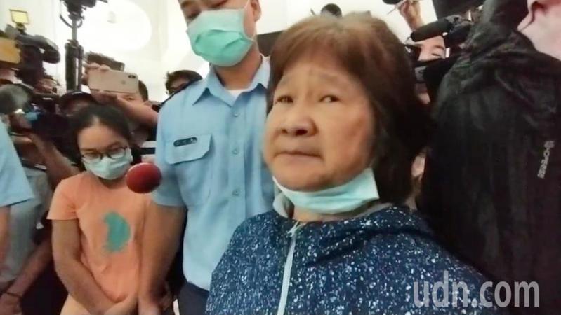 朱冠甍的母親下午到台東殯儀館認屍,向媒體哭訴他的兒子曾經對他說「F-5早晚會出問題,沒關係今天這個責任他扛了」沒想到一語成讖,讓白髮人送黑髮人情何以堪。記者劉學聖/翻攝