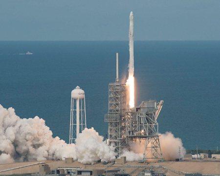 圖說:2017年6月,太空探索技術公司(SpaceX)的SpX-11成功升空;在太空技術重鎮梅里特島,現代科技與自然生態和平共存 (照片/美國國家地理會社提供)