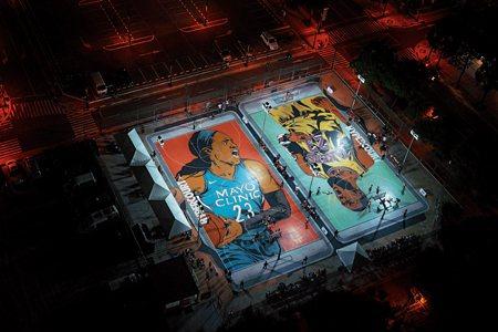 圖說:熱鬧的商圈有著名美國職業籃球運動員的畫像 (照片/紐約時報提供)