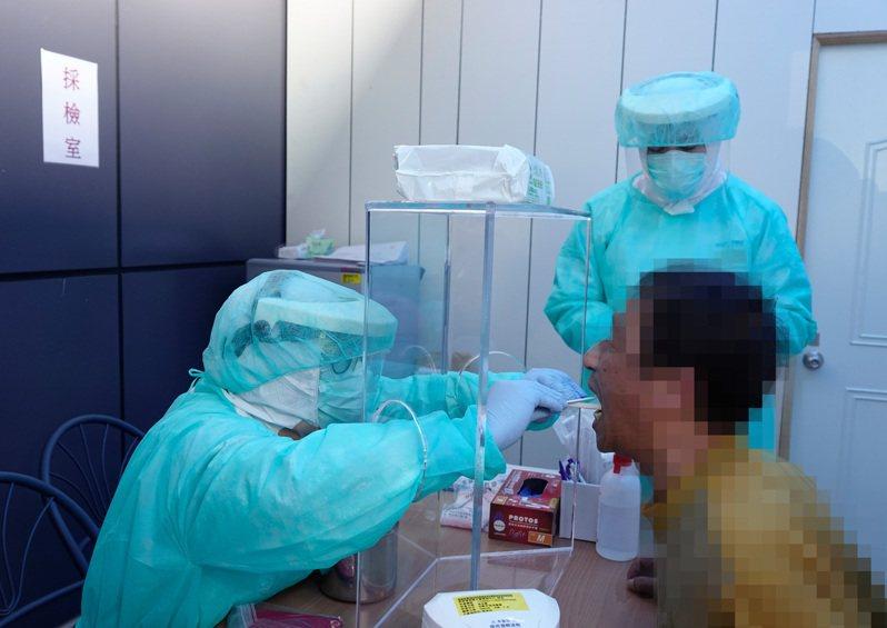 國內新冠肺炎檢體錯置烏龍,誤把返台的江蘇台商確診,但指揮中心未積極自我檢討,恐怕也是防疫漏洞。本報資料照片