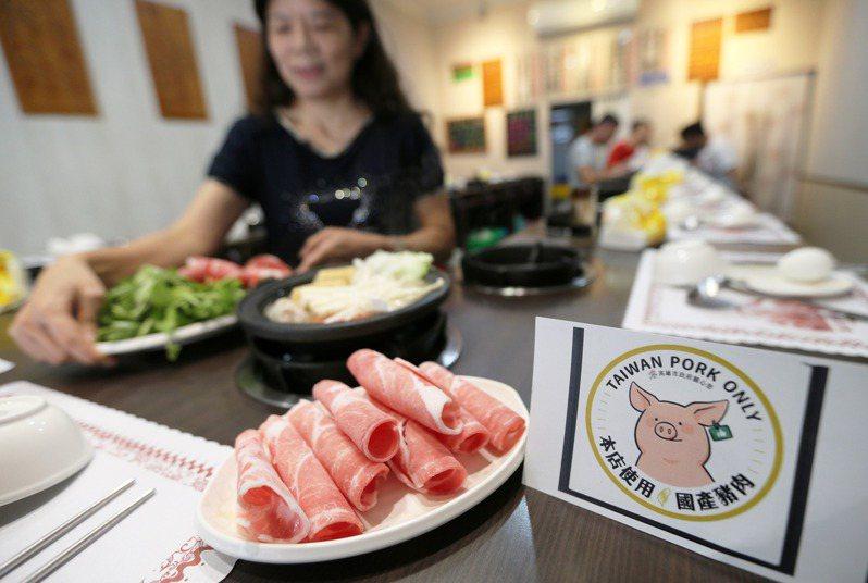 為了區別美豬與國產豬肉,高雄市農業局頒布國產豬肉標章,供使用台灣豬的店家申請使用。記者劉學聖/攝影
